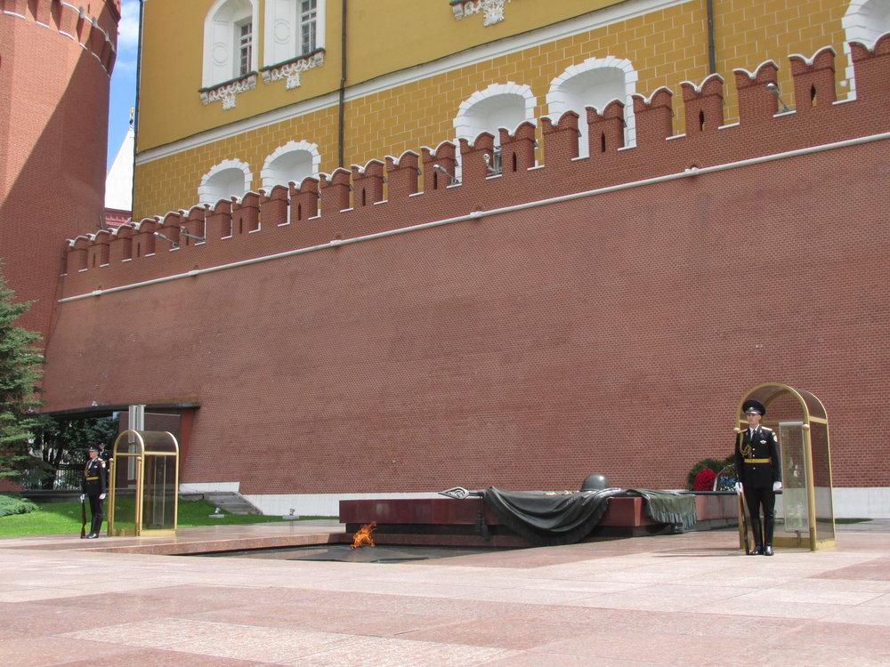 Tuntemattoman sotilaan muistomerkki, ikuinen tuli ja Kremlin muuri