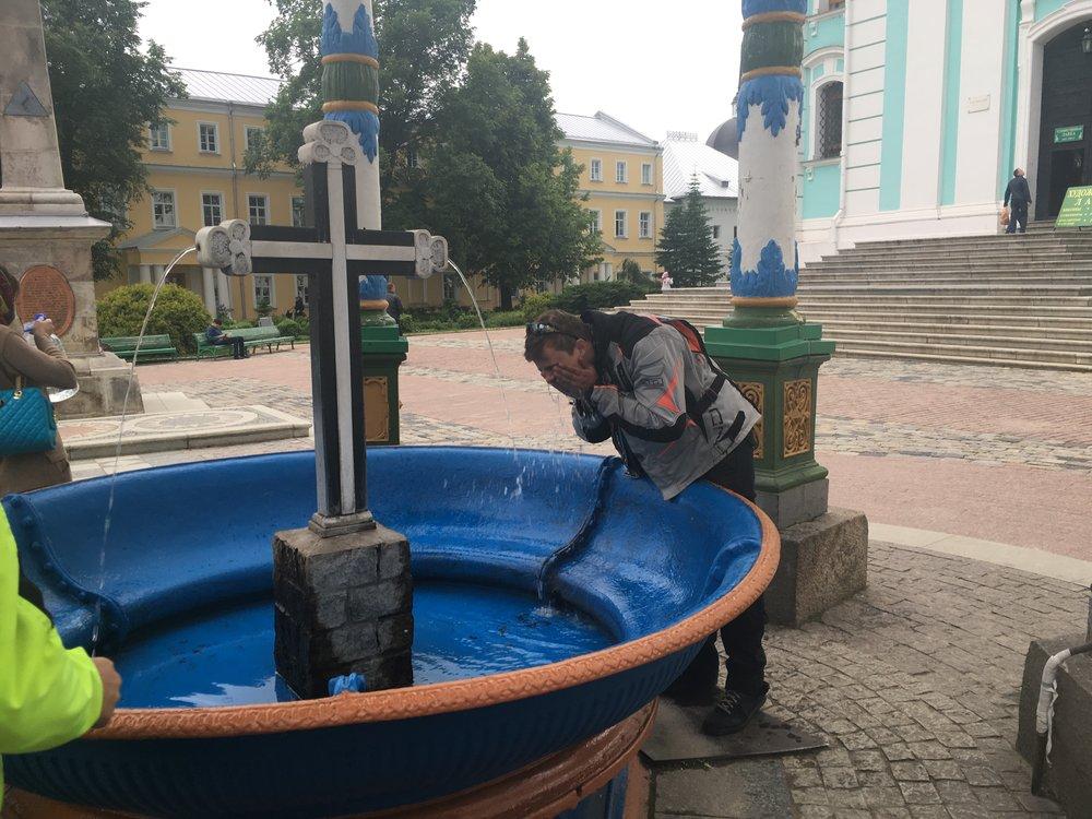Pyhällä vedellä kelpaa pestä pölyt naamasta...