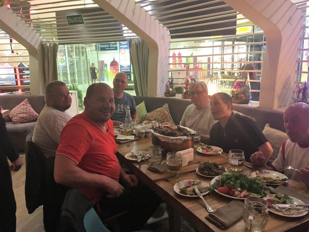 Erinomainen päivä on hyvä päättää maittavalla illallisella hyvässä seurassa...