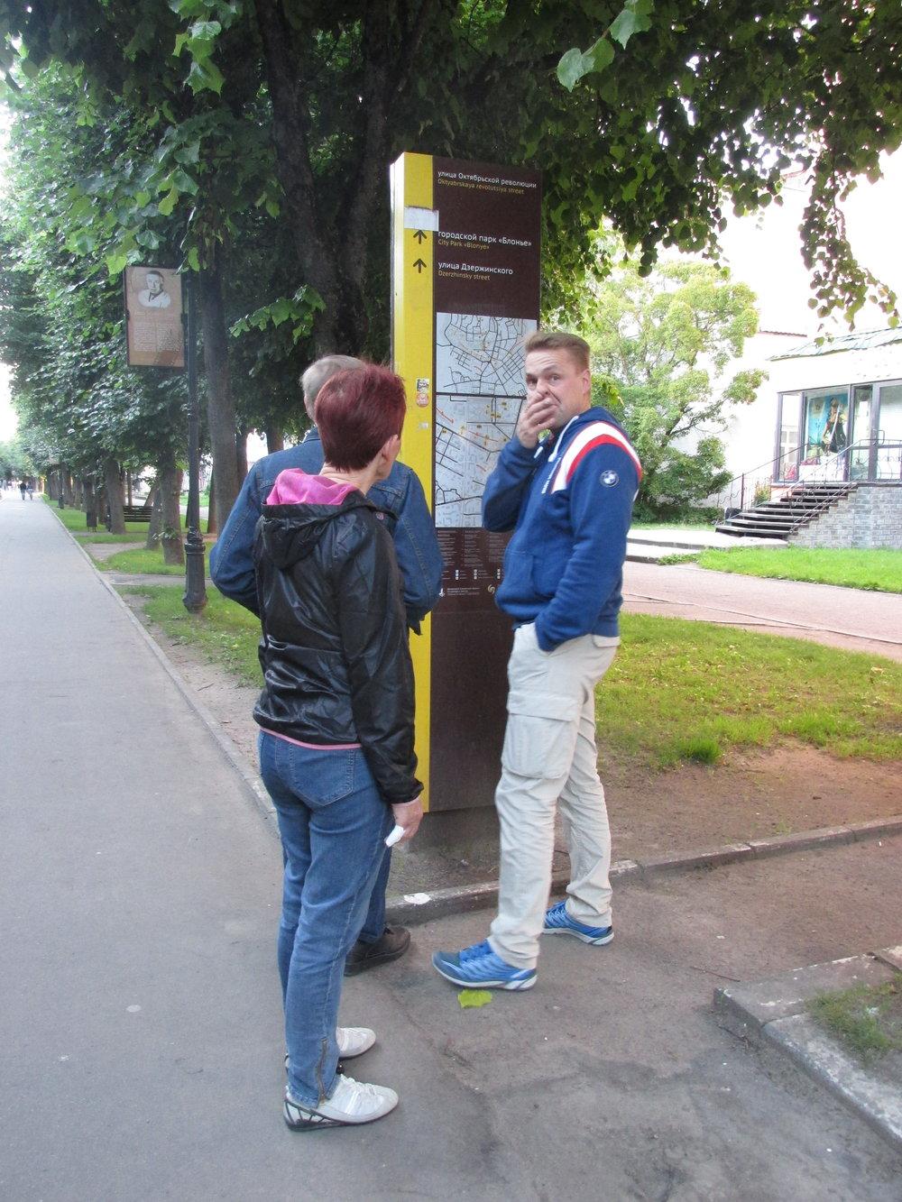 """""""Hei mihin suuntaan lähdetään!"""" Smolenskissa matkailijan apuna on opaskarttoja!"""