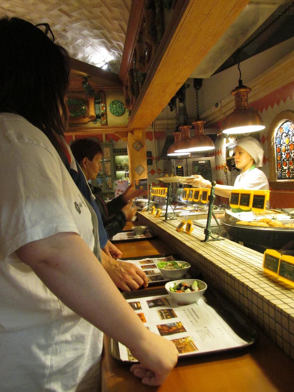 Upea buffetravintola käsittämättömine hinta-laatusuhteineen Smolenskin kävelykadulla