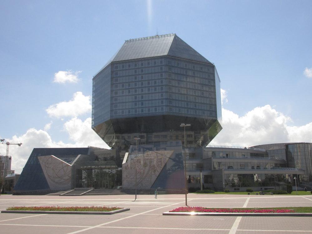 Minskin kaupungin kirjasto edustaa kaupungin omalaatuista arkkitehtuuria.