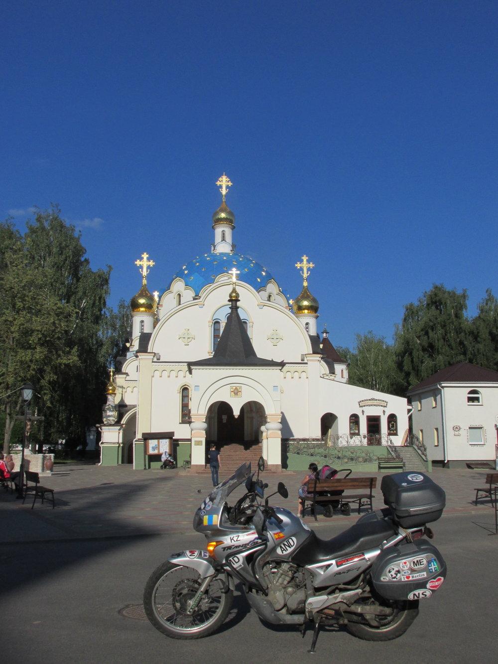 Matkanjohtaja luostarivierailulla Minskin Pyhän Elisabethin luostarissa