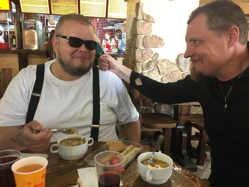 """Vyazman pikkukylässä vedettiin perinteinen """"Seljanka + blini"""" tauko. Olli ja Jari nauttivat ruuasta ja toistensa seurasta - en tiedä kummasta enemmän :)"""
