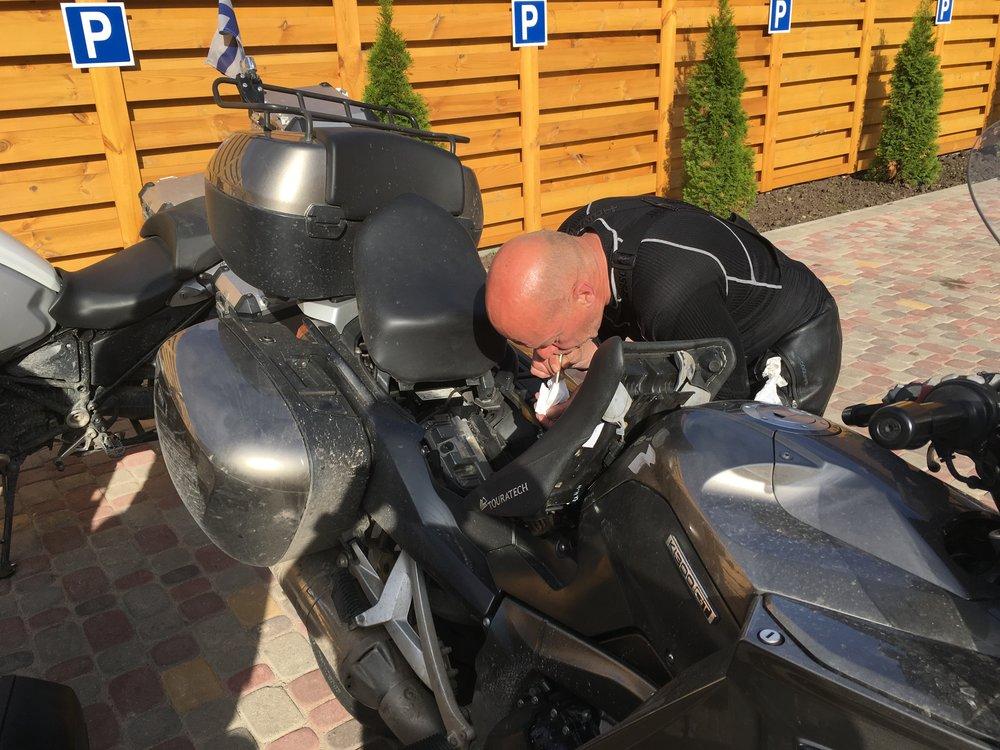 Jormalla lirahti hieman liikaa öljyä tarkistuksen yhteydessä, joten hän joutui imemään ylimääräiset pois :)