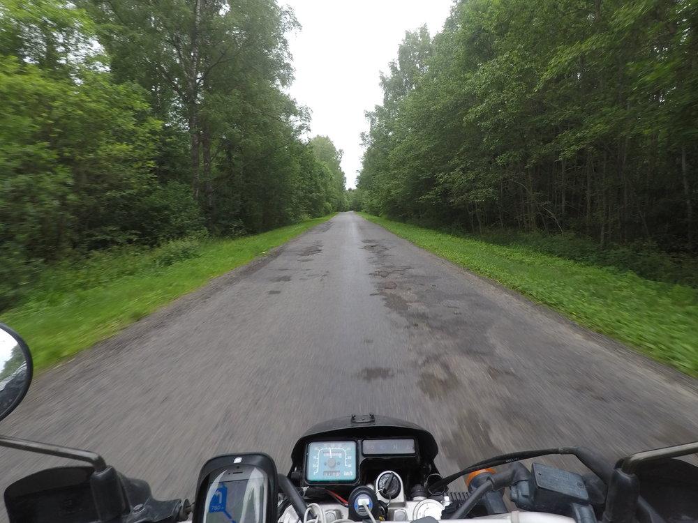 Polatskin jälkeen pienempiä teitä kohti Venäjän ja Valko-Venäjän rajaa. Pakko myöntää, että tiet Valko-Venäjän puolella paljon paremmassa kunnossa kuin naapurimaassa...