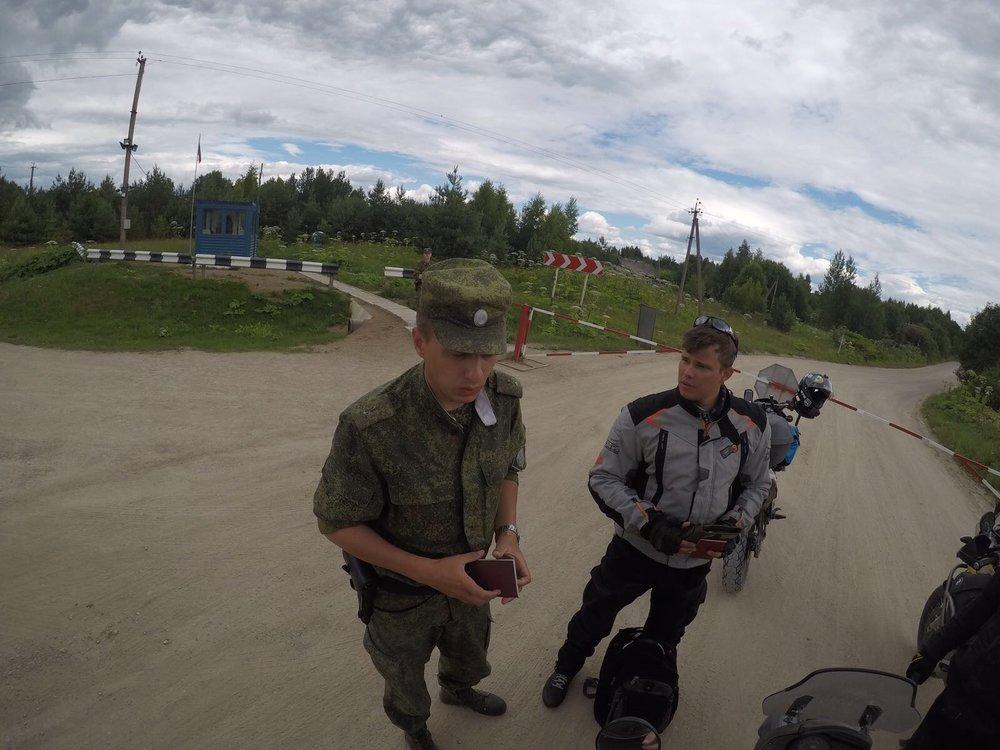 Ollaan ajeltu Venäjän puolella jo parisenkymmentä kilometriä, kun vastaan tuli rajapuomi. Vähän ihmeissään pojat katsoivat kun 6 prätkää (HD ja GT olivat muutaman minuutin perässä soratien takia) pysähtyi puomin eteen. Seurasi passintarkistus ja nopea vastaus - rajanylitys on auki ainoastaan Venäläisille ja Valko-Venäläisille! Sääntöjen mukaan pitäisi kiertää noin 400 kilometriä Latvian kautta! Kärsivällisyys, huumori ja lipevä kieli auttoivat tässäkin tilanteessa ja rajavirkailijat päästivät meidät jatkamaan matkaa.:) Kaikki järjestyy...