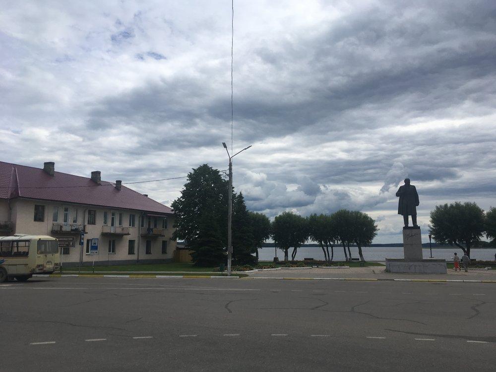 Leninin patsas komeilee keskusaukiolla...