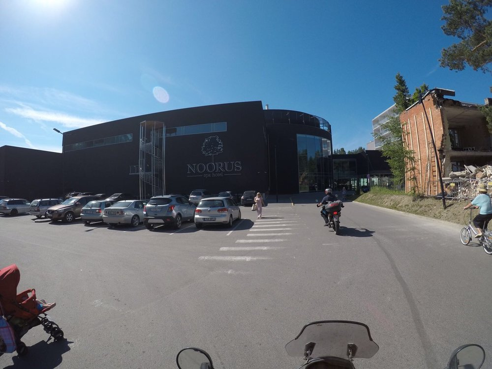 Rajanylitys meni noin tunnissa läpi ja klo 16 päräytettiin Narva-Joensuun hotellin eteen - Noorus Spa - voin rohkeasti suositella.