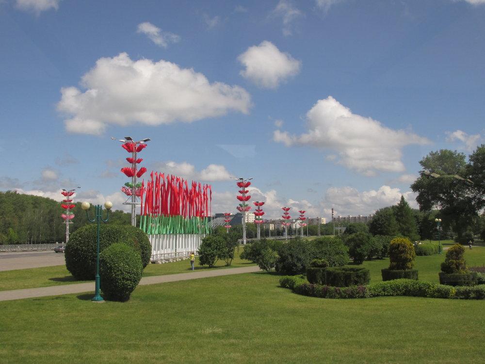 Kaupungin kadut ja puistot oli koristeltu Valko-Venäjän värein!