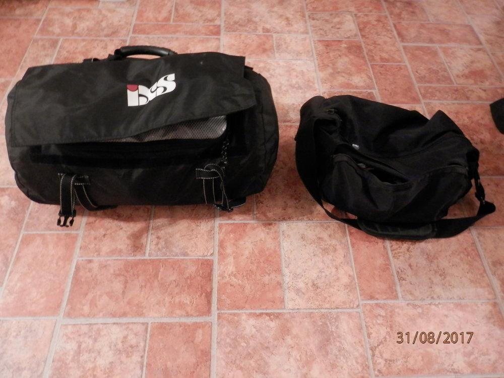 Näissä kahdessa laukussa on seuraavien noin kolmen viikon tavarat.