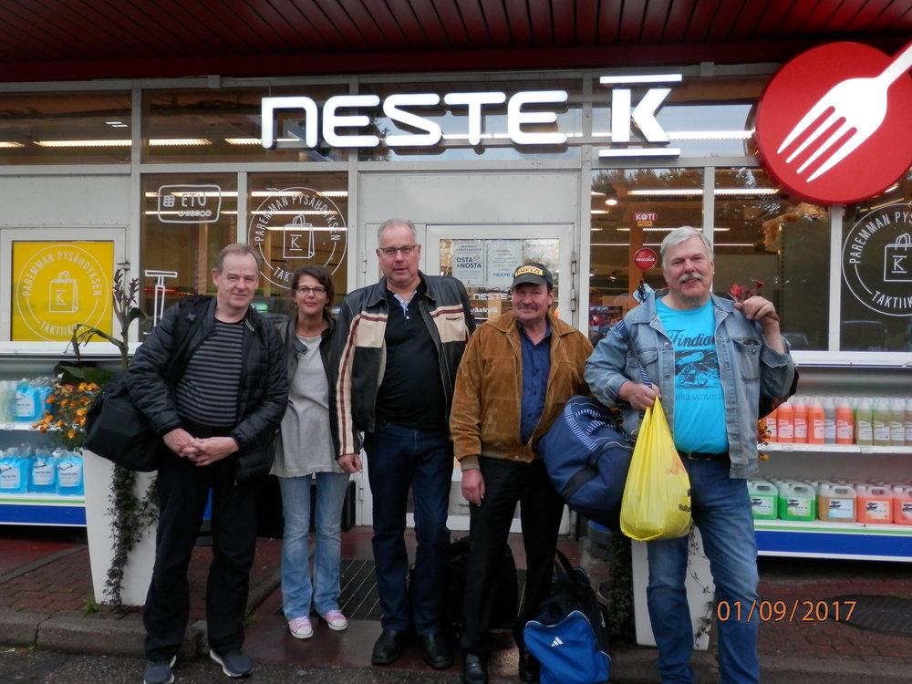 Kirrin Nesteeltä lähdettiin matkalle. Jyväskylän ryhmään kuuluvat: oik. Jukka Korpela, Maarit Jakosuo, matkanjohtaja Emppu Nieminen, Raimo Lajunen ja Kosken Jussi eli Juha Koski.