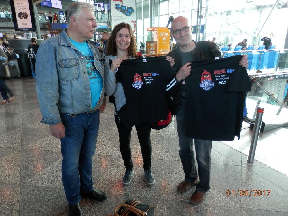 Kosken Jussi oli teettänyt meille kaikille upeat matkapaidat. Tässä paidan saa Tampereeltä matkaan lähtevät Janne ja Maise Autero
