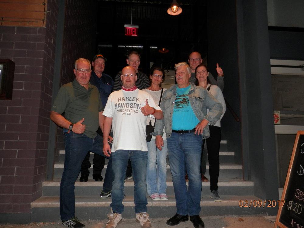 Tässä olemme koko ryhmä, kun päivää meitä ennen New Yorkiin saapunut Marko Vainio (valkoinen Harley paita kuvassa) liittyi seuraamme.   Löysimme kelpo ruokapaikan nimeltä Crescent Grillin aivan hotellimme vierestä. Ruokailun jälkeen alkoi matkalaisia väsyttämään, koska kello on täällä 21 mutta kotisuomessa kello onkin jo 04.00 yöllä. Lisää kuulumisia huomenna, kun lähdemme ajamaan moottoripyörillä.