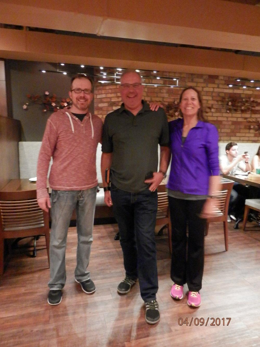 Emppu Nieminen keskellä tapaa ensimmäistä kertaa Kanadan serkkunsa Eric ja Anna Niemisen. Maailma on ihmeellinen.