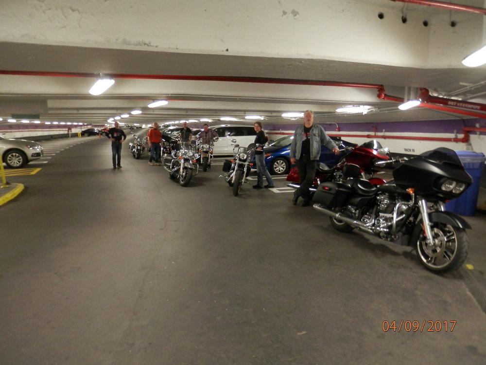 Kaikkien pyörät löytyivät aamulla aivan järkyttävän isosta parkkihallista.