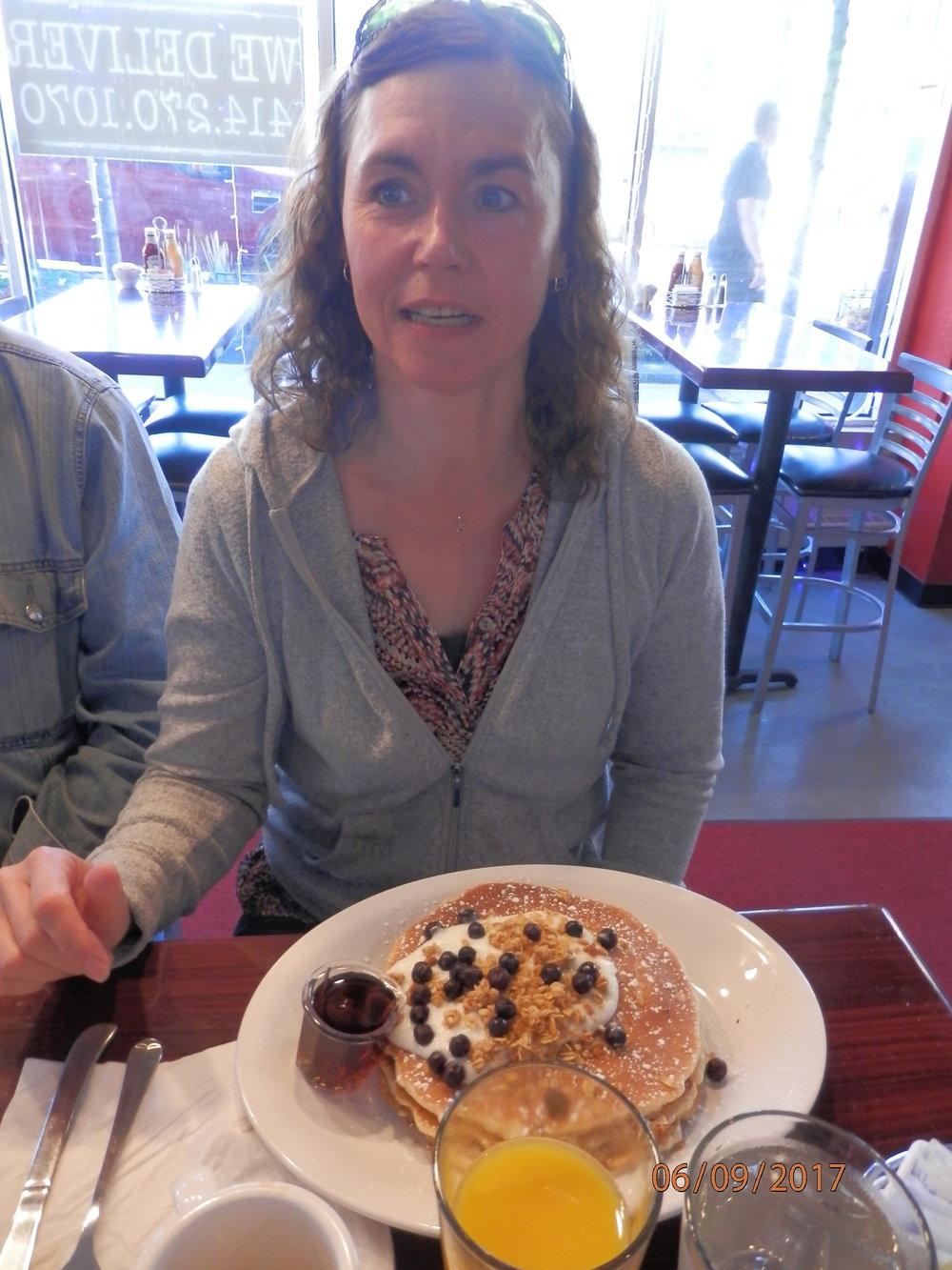 Maise tilasi aamupalaksi pannukakkuja, jotka näyttivät tosi upeilta.
