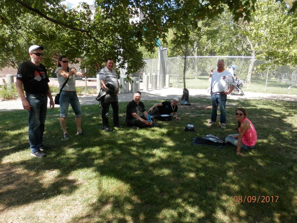 Sillä aikaa, kun Marko ja minä kävimme korjauttamassa Markon rikkoutuneen kaasukahvan muu ryhmä tutustui Gateway Arch muistomerkkiin ja vietti mukavaa keskipäivää 30 asteen helteessä vieressä olevassa puistossa.