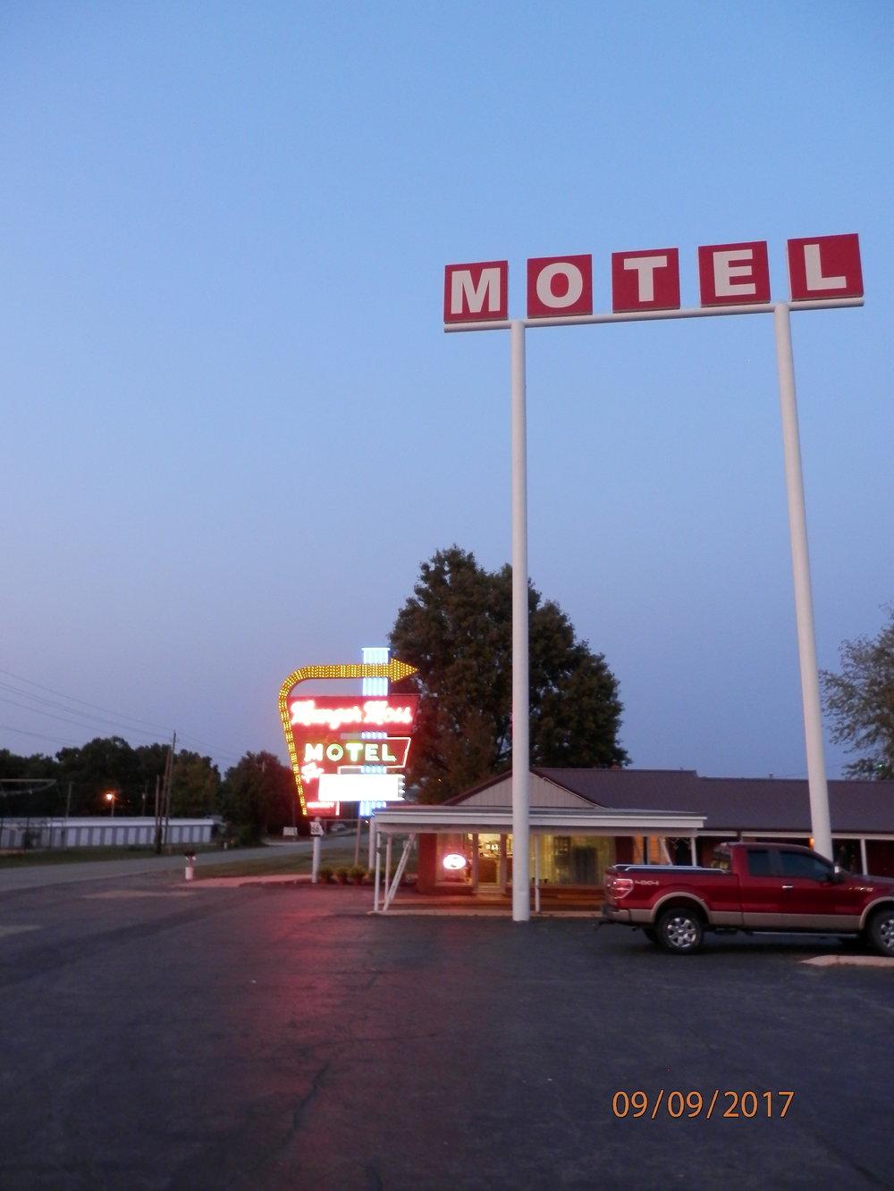 Moottoripyörät ja motelli hiljenee yöksi.