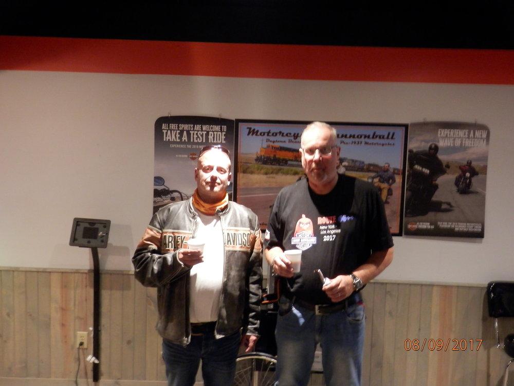 Kyllä palvelu pelasi Gateway Harley Davidson liikkeessä. Sillä aikaa, kun pyörä korjattiin, niin Marko Vainio ja blogia kynäilevä matkanjohtaja Emppu Nieminen nautti loungessa kahvia ja pikkupurtavia.