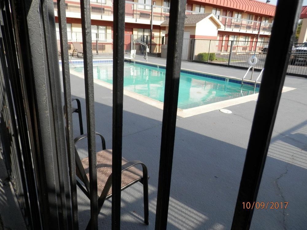 Lämpimän päivän päätteeksi olisi ollut mukava pulahtaa uima-altaaseen, mutta tämän lähemmäksi ei päässyt.