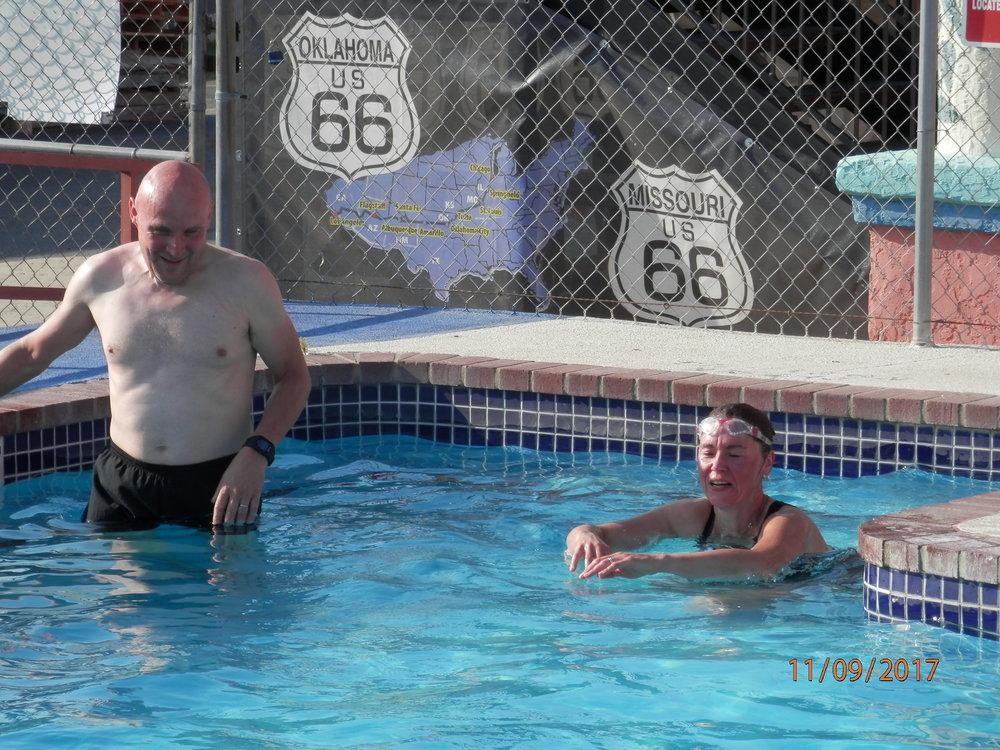 Janne ja Maise ajoivat ensin moottoripyörällä melkein 600 km, sitten kävivät juoksulenkillä. Sen jälkeen oli mukava pulahtaa uima-altaaseen.