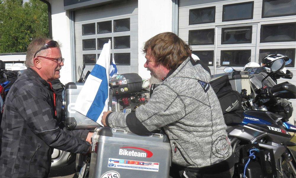 Insinöörit HNR (Herra Nils Rinne (oik)) ja Nilsin ystävä korjaamassa taittunutta lipputanko!