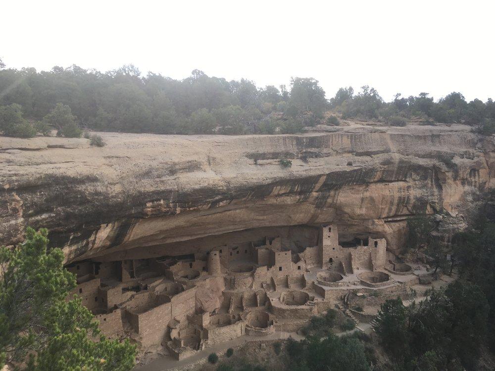 """Mesa Verde on espanjaa ja tarkoittaa """"vihreää pöytää"""". Mesa Verden puisto on tunnettu erityisesti muinaisten pueblointiaanien rakentamista taloista ja kylistä. Kuuluisimmat näistä ovat luoliin ja kallionkielekkeiden alle rakennetut rakennukset.Virtauseroosio on leikannut tasangolle syviä kanjoneita, joiden väliin on jäänyt korkeita pöytävuoria, mesoja. Vesi on syönyt hiekkakivisten kallion seinämiin eri kokoisia koloja."""