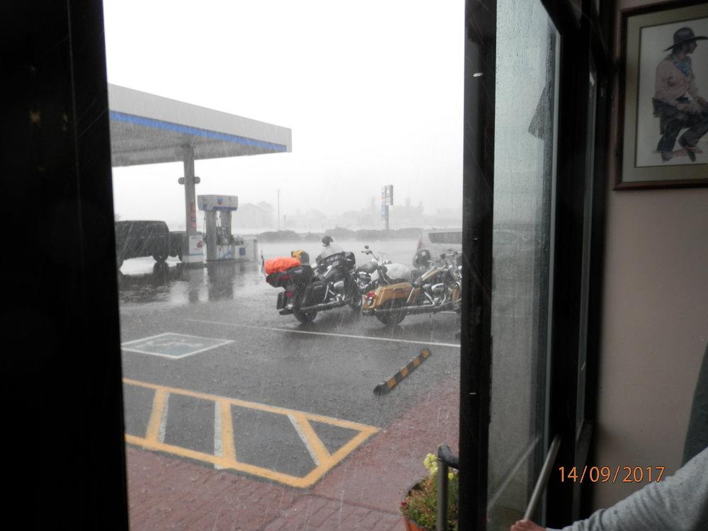 Nyt sataa. Tuulikaappikin tuli täyteen vettå ja rakeita vaikka pidimme sitä vain hetken auki, kun yritimme ottaa sateesta kuvaa.