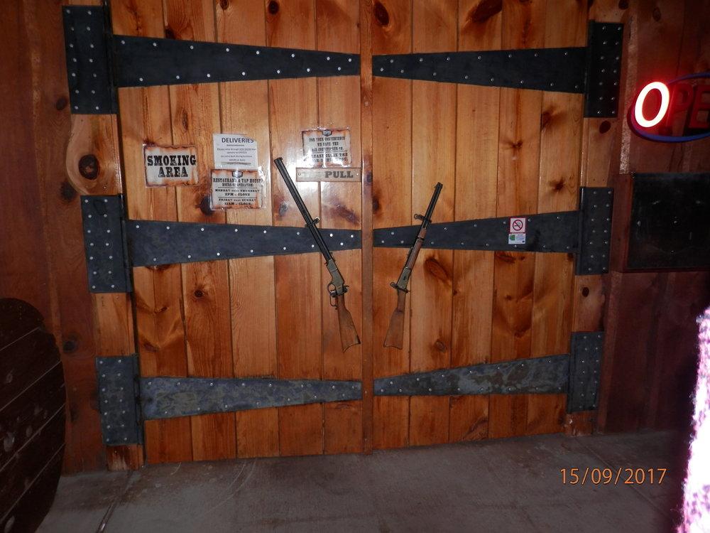 Ravintola Grand Canyonin ovenkahvat on hiukan erikoiset.