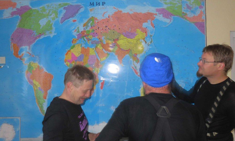 MIR (äm, än väärinpäin, pee), se tarkoittaa maailmaa se. Timppa, Kimmo ja Jani tarkastamassa, että ollaanko reitillä...