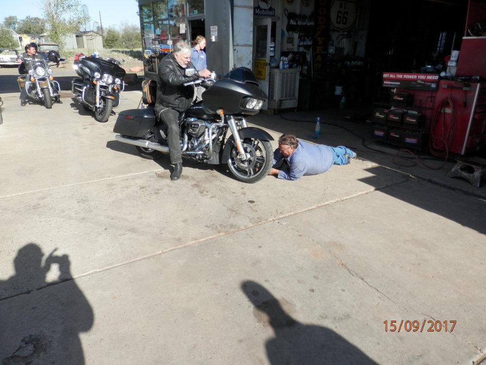 Yksi tekee töitä ja muut seuraa. Tämä mies tarkasti mahallaan rengaspaineet meidän kaikkien pyöristä.
