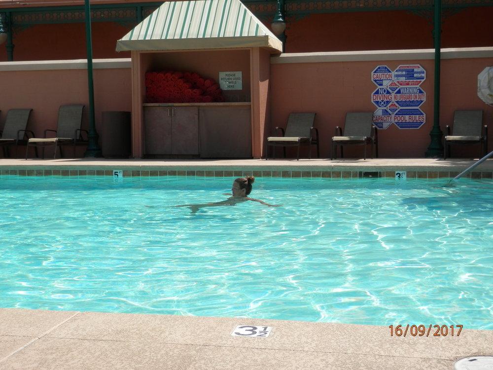 Allasosastolla ei ollut ruuhkaa aamusta. Maarit oli ainoa uimari.