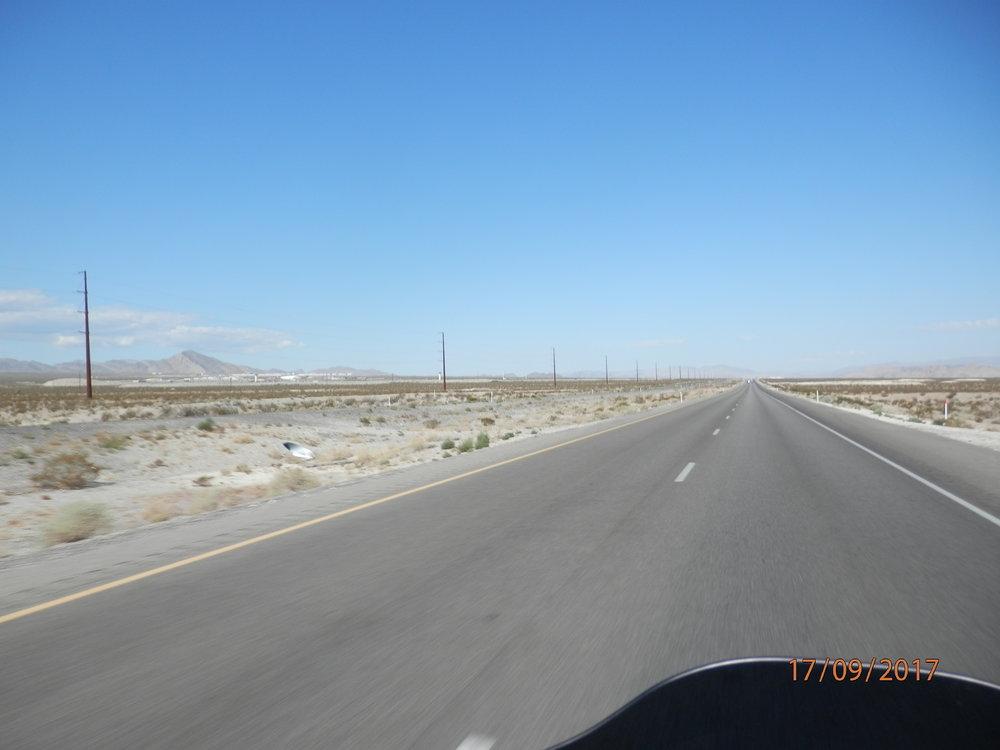Tien vasemmalla puolella on suuri vankila-alue, kun lähdetään Las Vegasista suoraan pohjoista kohti. Liftareita ei näkynyt. Onkohan tämä sitä kuuluisaa Huitsin Nevadaa?