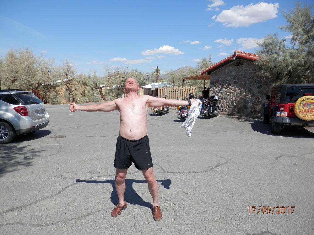 Death Valley eli Kuolemanlaakso on kuuma paikka. Janne nauttii yli 40 asteen lämmöstä ja muistuttaa, että kohta ollaan koti Suomessa. Siellä ei näin kuumaa tule ihan heti.