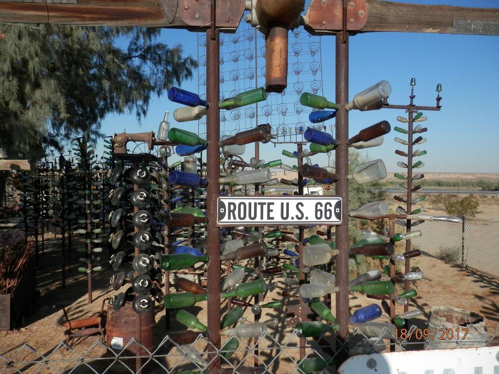Pullometsä löytyy Route 66 tien varrelta Barstowin ja Victorvillen välistä.