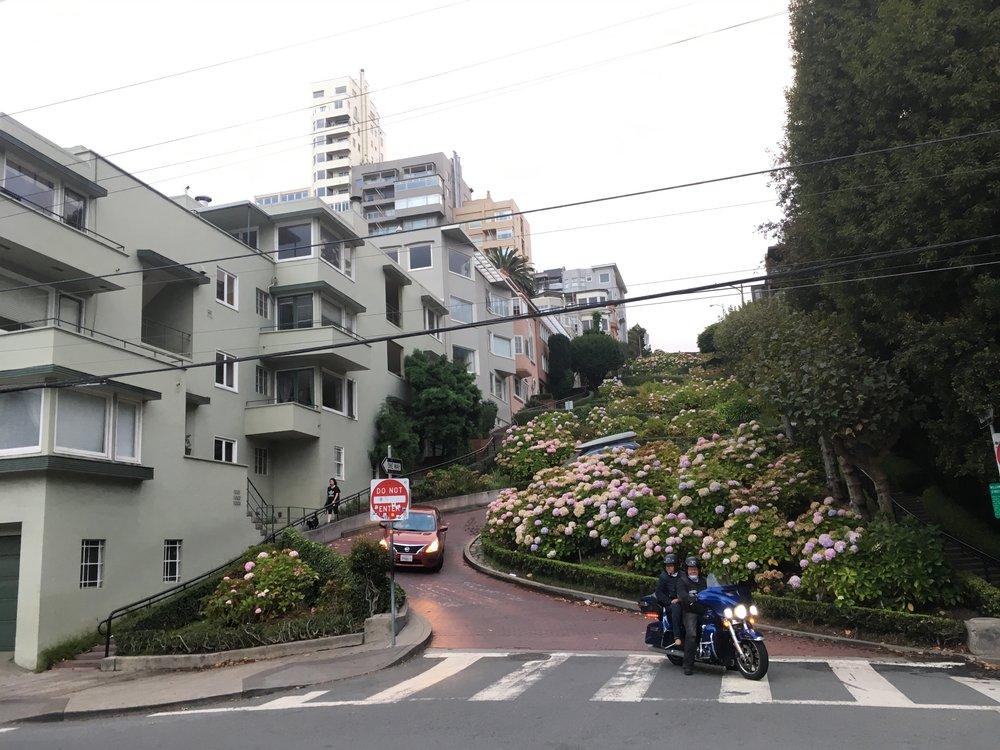 Lombard Street tunnetaan parhaiten kadun kiemuraisesta osasta, joka kulkee Russian Hillin kaupunginosassa. Noin neljänsadan metrin katuosuus on turistinähtävyys, joka koostuu kahdeksasta peräkkäisestä neulansilmämutkasta.  Neulansilmämutkat keksi kiinteistönhaltija Carl Henry ja ne toteutettiin Lombard Streetille vuonna 1923. Katu sijaitsee osittain rinteessä, jonka nousukulma on 27%, joten 1920-luvun autojen oli miltei mahdotonta nousta katua suoraan ylös. Pitkään se pysyikin käytännössä kävelykatuna, mutta nykyään sitä pitkin pääsee hurjastelemaan Harrikoillakin, kunhan vauhti pysyy alle 10 km/t :)