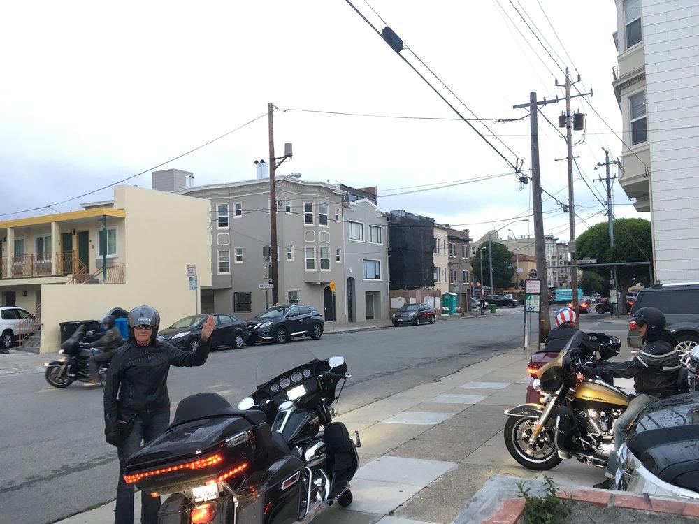Kaupungista päätettiin poistua auringonnousun aikoihin - ei ole ruuhkia ja turistibussit eivät ole häiritsemässä San Franciskon nähtävyyksillä...