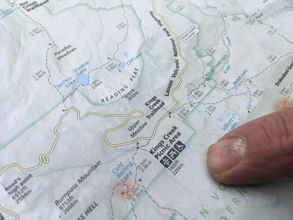 """Alkuperäisamerikkalaiset heimot asuttivat nykyisen Lassenin kansallispuiston aluetta ennen eurooppalaisten uudisasukkaiden saapumista alueelle. Lassenissa elivät muun muassa Maidu-, Atsugewi-, Yana- ja Yahi-intiaaniheimot. Heimot tiesivät Lassen Peak -vuoren olevan """"täynnä tulta"""", eli olevan vulkaanisesti aktiivinen, ja uskoivat sen jonakin päivänä purkautuvan...  Eräs uudisasukkaiden oppaana toimiva mies oli tanskalainen Peter Lassen, joka oli jo pitkään tutkinut Lassenia ympäröiviä seutuja ja tunsi ne tarpeeksi hyvin voidakseen opastaa ihmisryhmiä alueen läpi. Lassen Peak ja kansallispuisto nimettiin myöhemmin hänen mukaansa."""