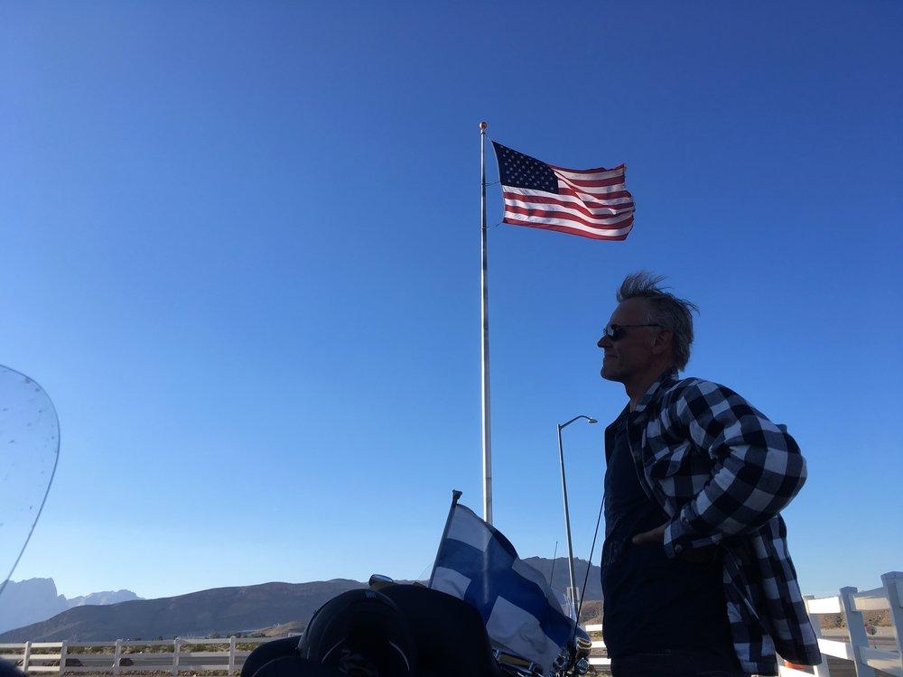 Kari poseeraa uljaana viimeisen tankkauksen yhteydessä, hieman ennen Las Vegasia!