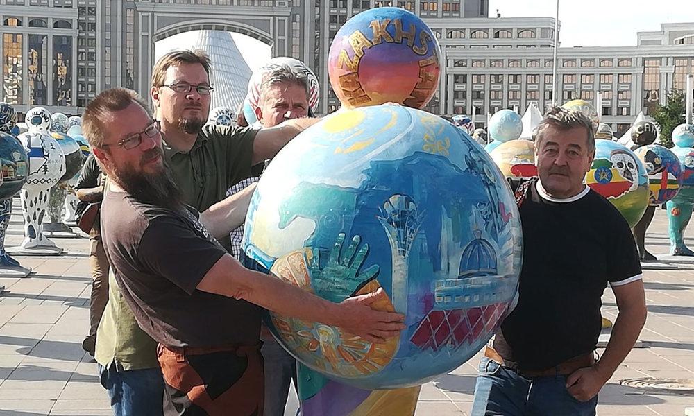 Kimmo, Jani, Arto ja Jussi kannattelemassa Kazakstania! Aika totiselta tehtävältä näyttää!