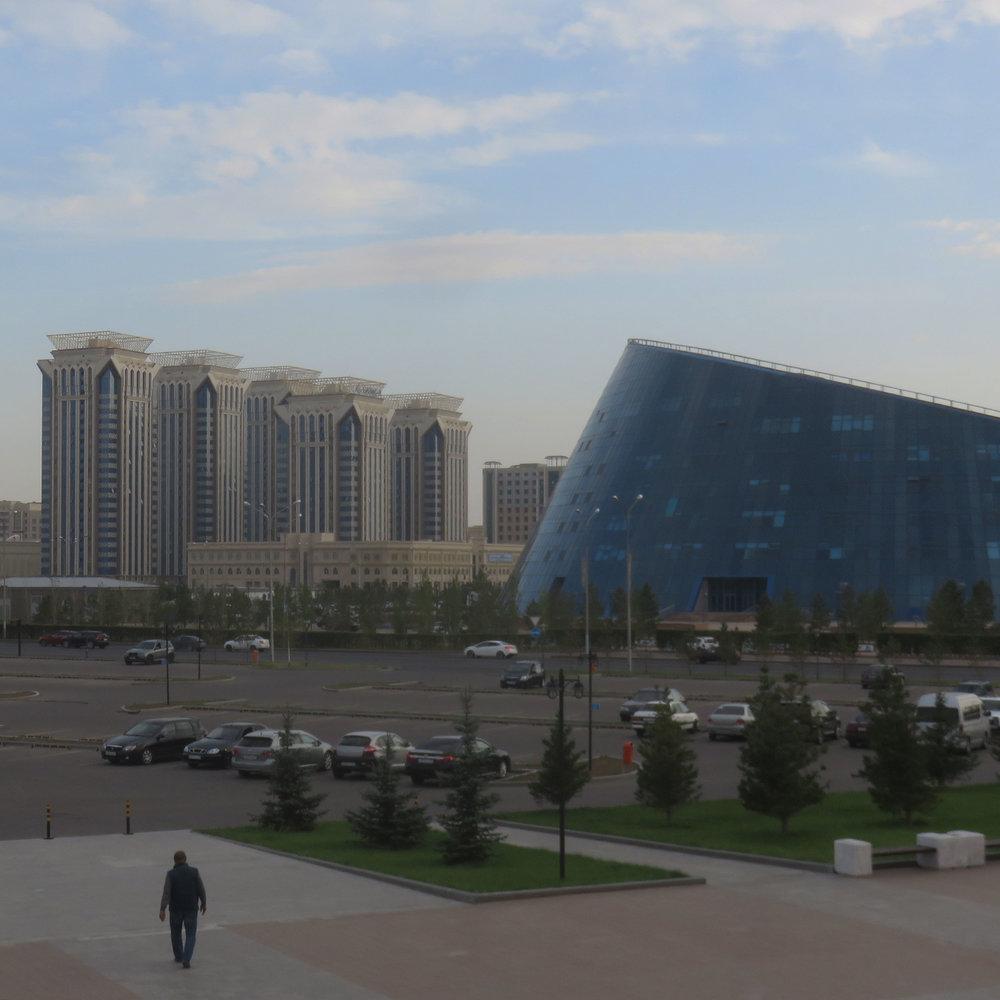 Astanan yliopisto. Oikeallla!