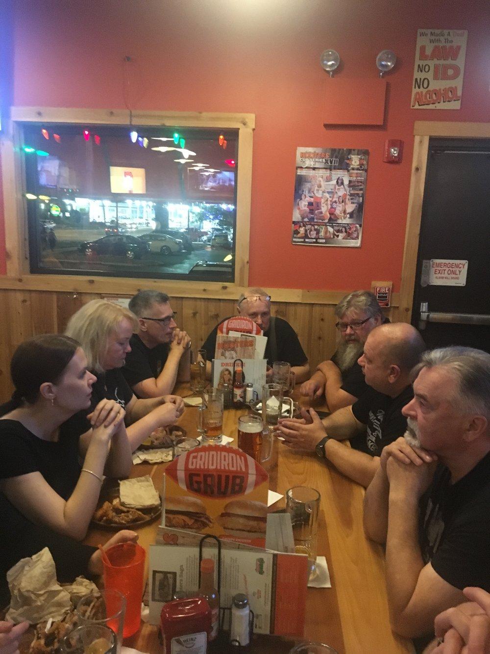 Illallisella Hooters -ravintolassa.
