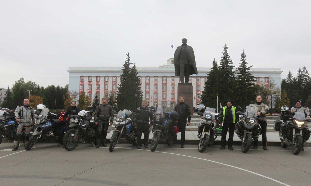 Lenin setä ja me Barnaulin keskusaukiolla!