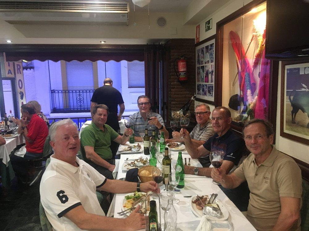 Espanjalainen illallinen hyvässä seurassa ja muutamalla viinipullolla maustettuna, kruunasi tämän illan