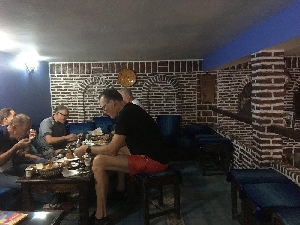 Marokkolainen aamiainen on vain vähän tuhdimpi, kun ranskalainen. Tarkoittaa sitä, että leivän päälle on tarjolla myös sulatejuustoa ja hilloa. Kahvia ja teetä. Onneksi tosimotoristi ei paljon tarvitse :)