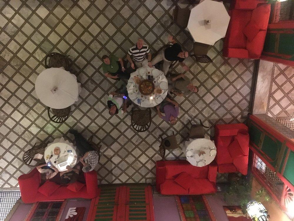 Aamiainen Riadimme sisäpihalla klo 08.00