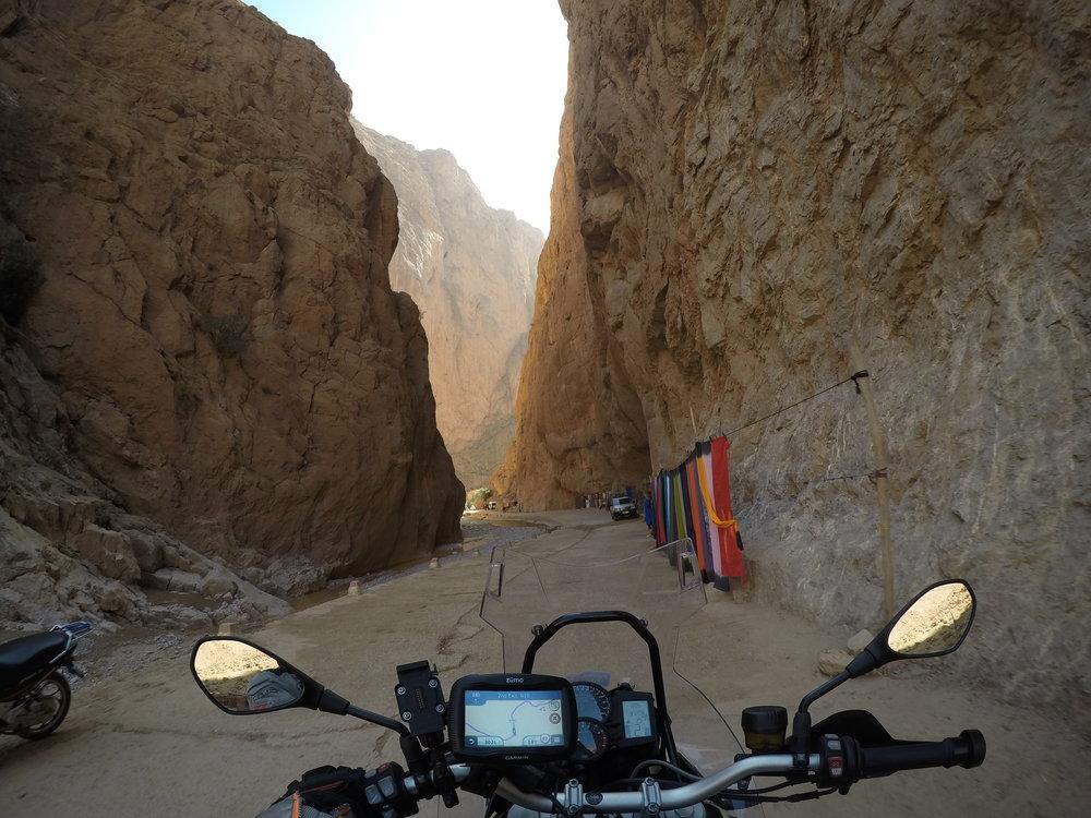 Kanjonin seinämät ovat noin 400 metriä korkeat...