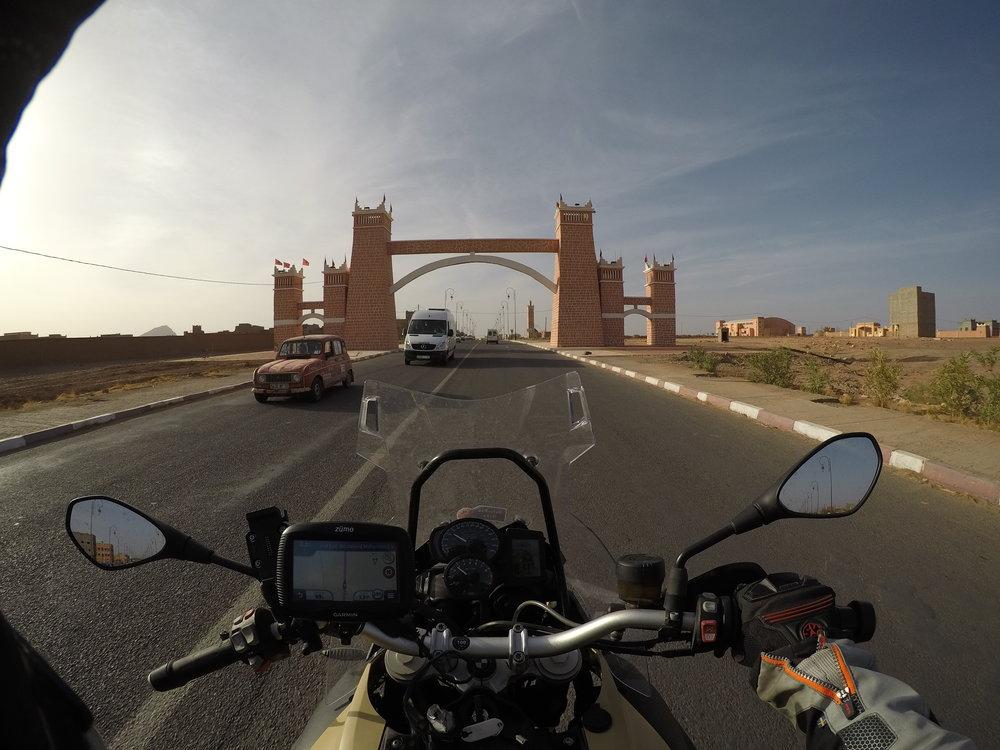 Zagoran portti. 270 kilomerin matka taittui N9'ä pitkin noin 3,5 tunnissa. Vuoriston yli.