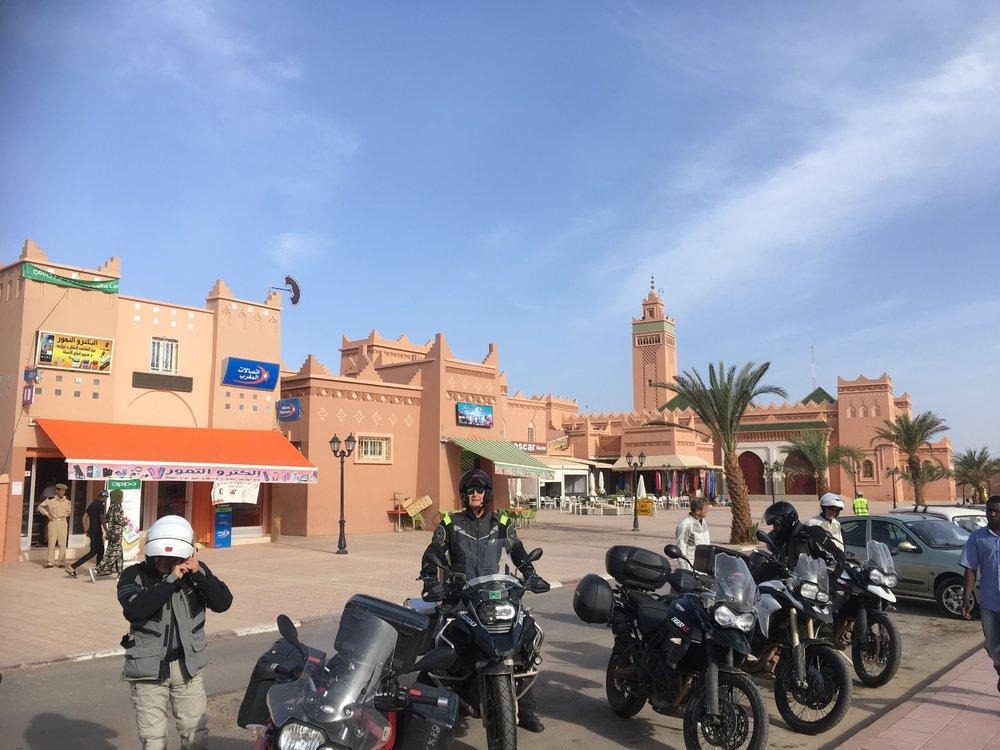 Zagoran kaupunki on yllättävän eläväinen paikka keskellä ei mitään. Ympärillä ainoastaan Saharan hiekkaa. Ohi kulkeva Draa joki ja pohjavedet mahdollistavat elämää. Asukkaita vajaat 40000. Tauon paikka.